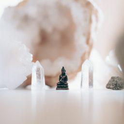 Crea un altar en casa que sea tu refugio especial para meditar
