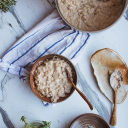 Desayuno de avena con tahini cremoso,  arándanos, nueces y dátiles
